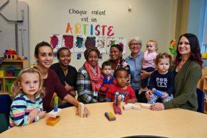 Édith Dumont avec des jeunes enfants et des éducatrices